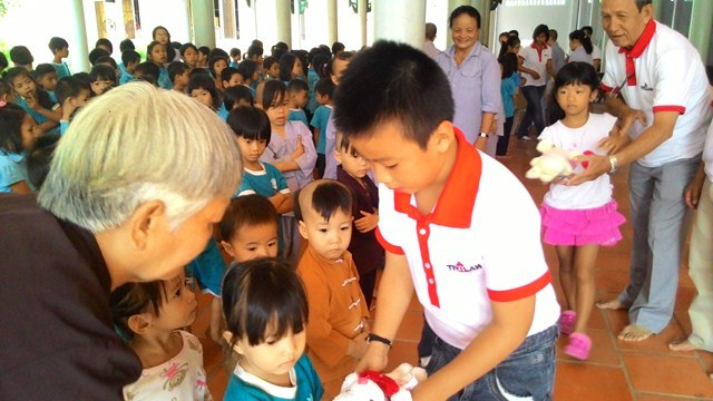 GIFTS TO THE CHILDREN OF LOC THO PAGODA IN NHA TRANG